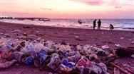 巴厘岛人气景点遭大量塑料垃圾入侵